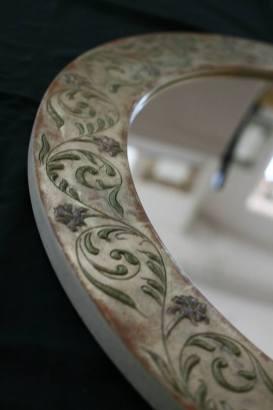 Runder Jugendstilspiegel mit graviertem Ornament