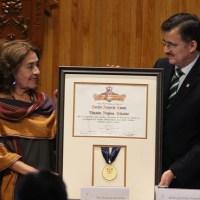 Helena Villagra, la viuda de Galeano, dedica el honoris causa a los 43 estudiantes de Ayotzinapa