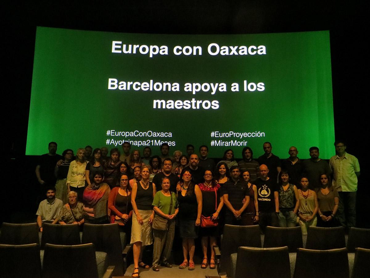 Barcelona apoyando a los maestros de Oaxaca, durante la proyección del documental Mirar Morir en los Cinemas Girona.