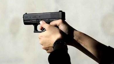 صورة ضابط شرطة بطنجة يضطر لإشهار سلاحه الوظيفي دون أن يلجأ لاستخدامه في تدخل أمني لتوقيف شخص عرض أحد الأشخاص لاعتداء جسدي خطير