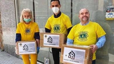 صورة مقاول مغربي في إسبانيا يوزع المساعدات على الجالية والمتضررين من أزمة كورونا