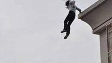 صورة فتاة تلقي بنفسها من فوق منزل وتسقط جثة هامدة على الأرض بطنجة.