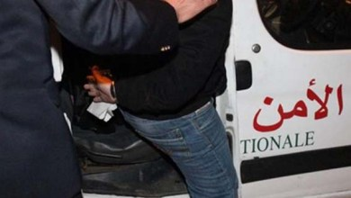 صورة القاء القبض على ثلاثة اشخاص يتاجرون في المخدرات والمؤثرات العقلية