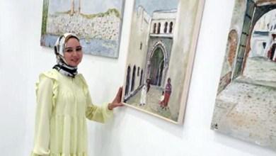 صورة الفنانة التشكيلية أسماء البقالي في معرض بطنجة