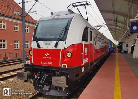 ET25-003 and Noah's train in Katowice (PL), 14.12.2018 Author: Adam Kupniewski