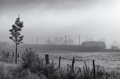 Once again this picture shows how black-and-white is about contrast. The morning fog helped the photographer with this train. The typical shape of the Prima EL2U can be easily recognized.