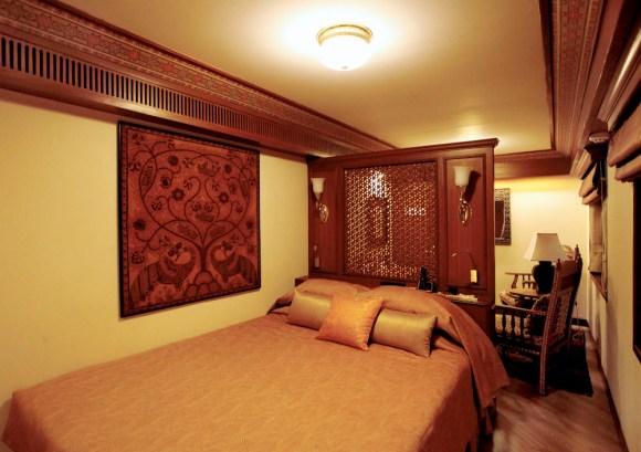 Maharajas Express luxury train India suite bedroom