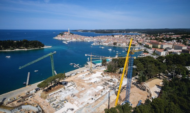 Klančar Cranes erects two Raimondi MRT186s in Rovinj, Croatia