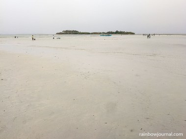 You can walk from Tondol White Sand Beach to neighboring Tandoyong Island and the many sandbars that surround the beach