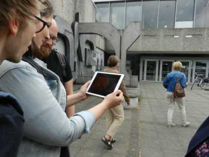 Vorm H1 muß man die Smartphones rausholen. Kunst via W-Lan.