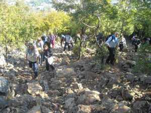 Subida de peregrinos aos montes Podbrdo e Krizevac