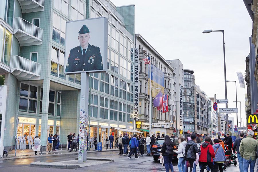 查理檢查哨 Checkpoint Charlie 東西德交界,冷戰時期「兩個德國」的分離地標 (柏林圍牆碎片這裡買!!)