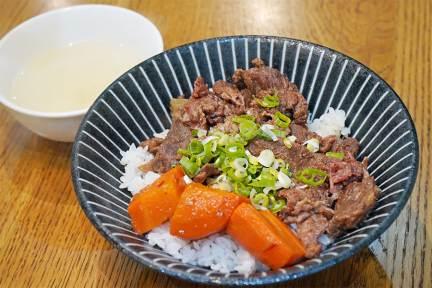 高雄永記牛肉湯自強店,點湯就送肉燥飯,早餐就能享用~牛腩飯也好吃!