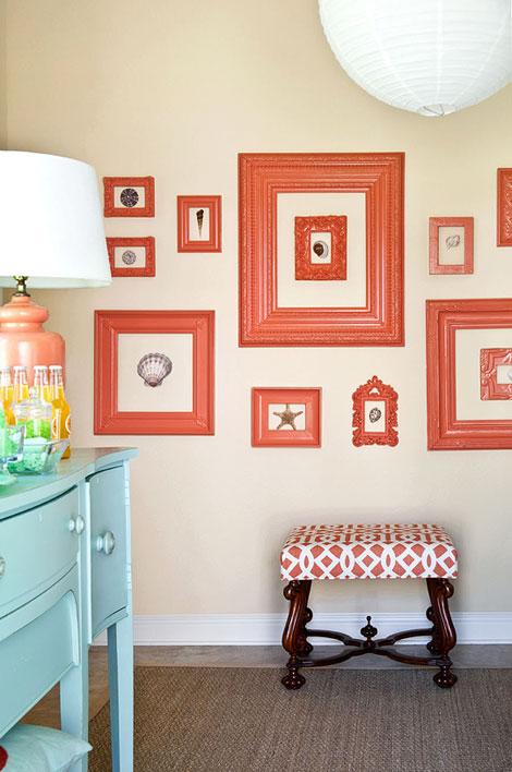 Galería con marcos en color coral
