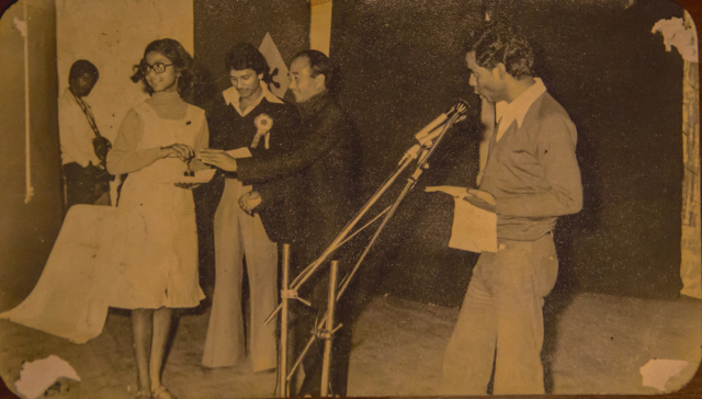 Prize distribution, Ananda Sammelan, possibly 1978