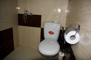 Тоалетна в двойна стая делукс на Къща за гости Райски Кът Мезек