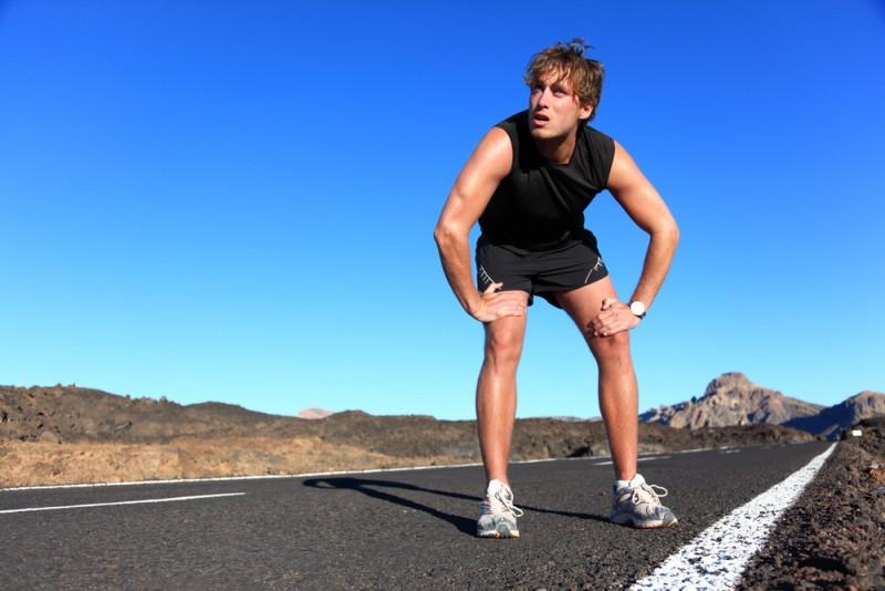 rais-data-saude-correr-demais-corrida-forte-estrada-homem