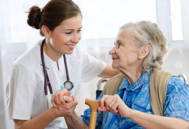 rais-data-saude-dia-enfermagem-cuidando-velhinha