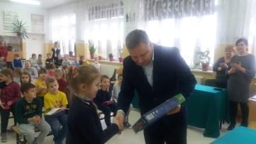 Dyrektor Andrzej Graczewski wręcza nagrodę Mistrzyni Pięknego Czytania