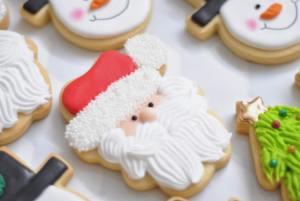 zdjęcie świątecznych wypieków, ciastka w kształcie Mikołaja i Bałwanków