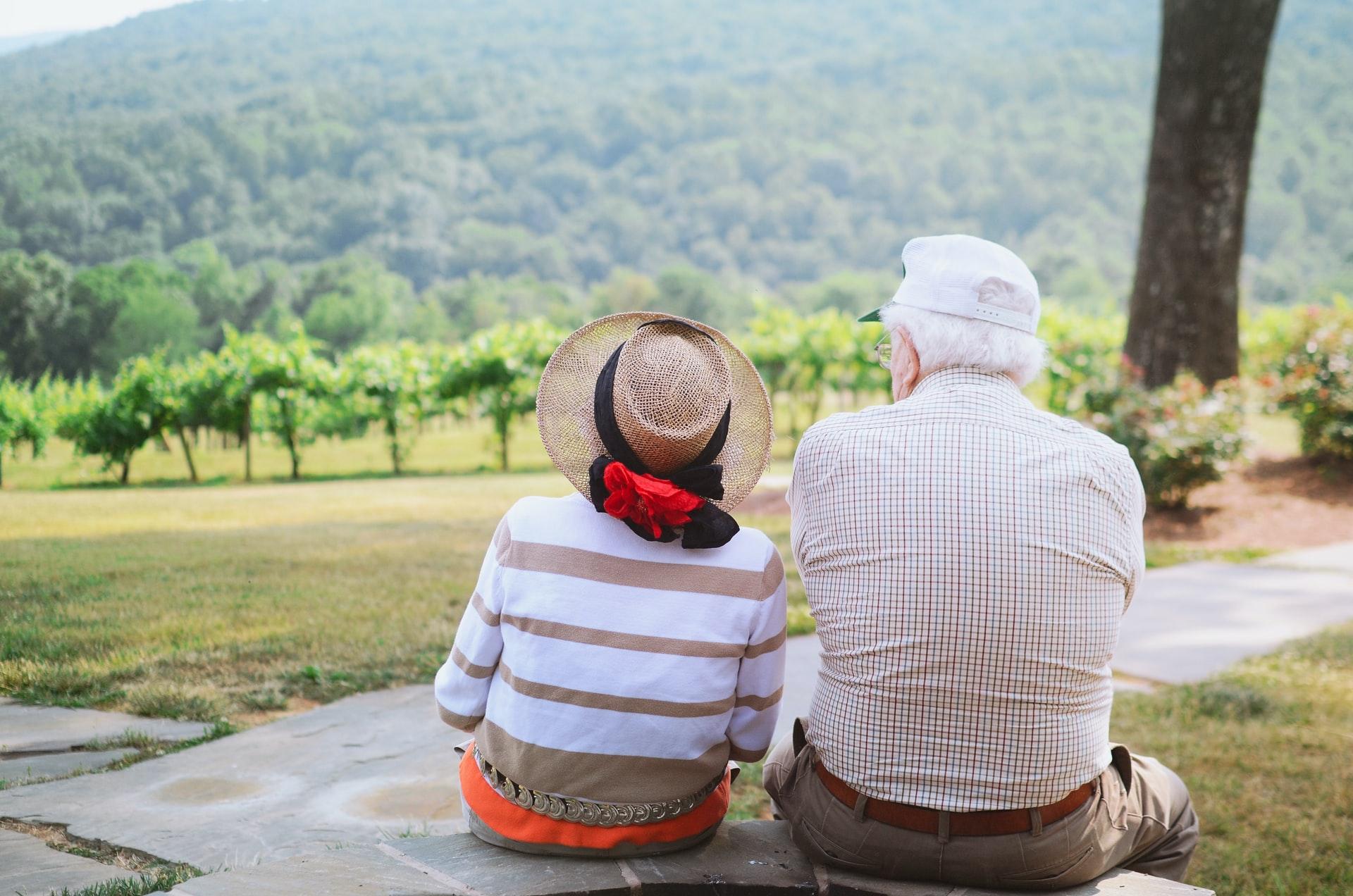 Para dziadków patrząca na góry
