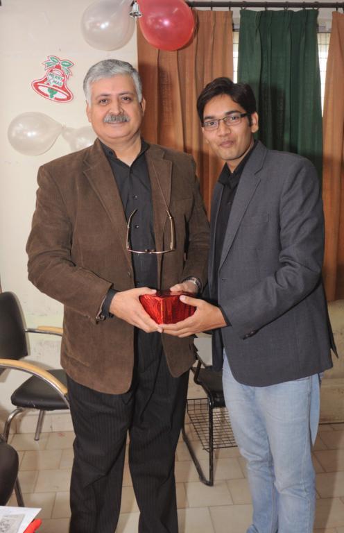 Rajiv Bajaj Presenting mementos to students at IITTM