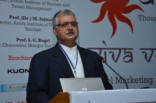 Rajiv Bajaj moderating the panel discussion at Ayaanaant event.