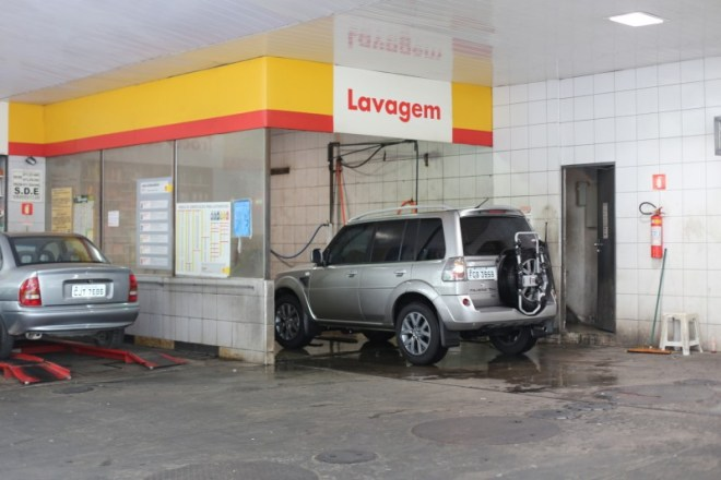 Drive in and reverse out car wash in Sao Paulo (not a drive through)