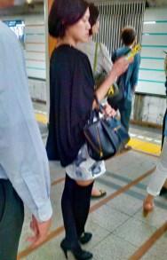 Tokioterin wartet auf die U-Bahn.