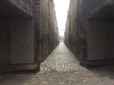 Ein Gang durchschneidet das Schlackefeld. Er symbolisiert den letzten Weg in die Gaskammern.