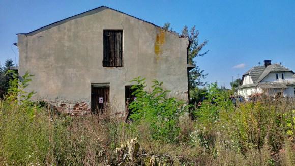 Blick auf das Wirtschaftsgebäude, rechts die Kommandantenvilla.