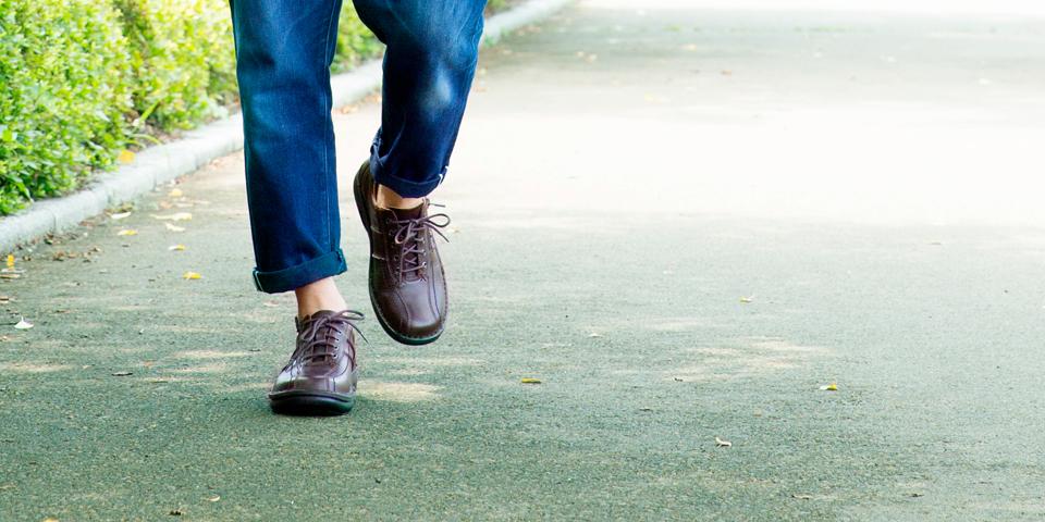 ウォーキングシューズを履いて元気に歩こう