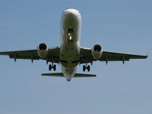 伊丹空港に着陸する旅客機