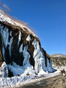 凍ったフンベの滝
