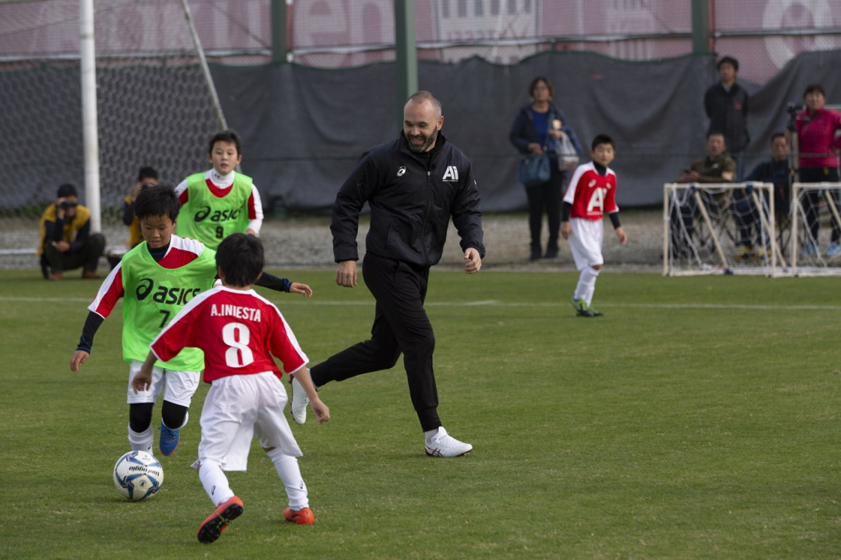 Iniesta joins the fray, offering personal instruction to the participants of Iniesta's Methodology.