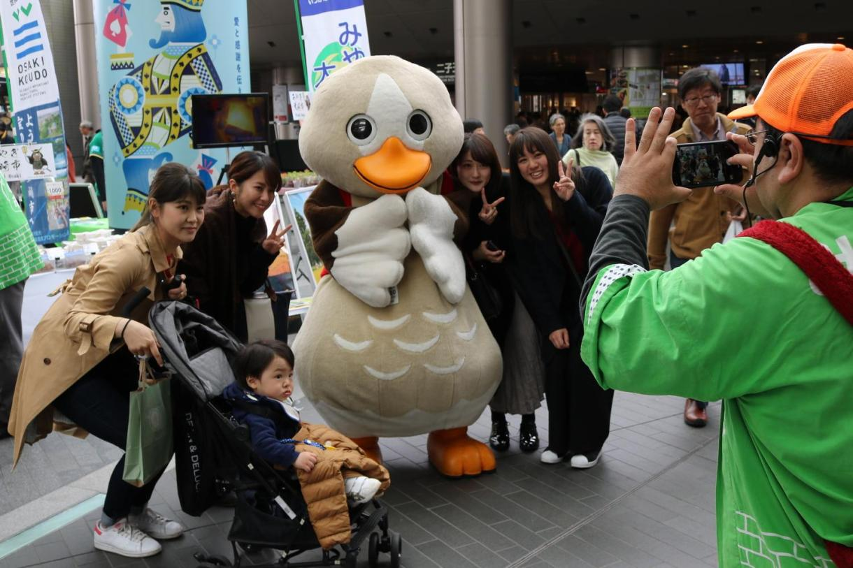 Patasaki, the local mascot of Osaki, Miyagi Prefecture, was a popular target for selfies.