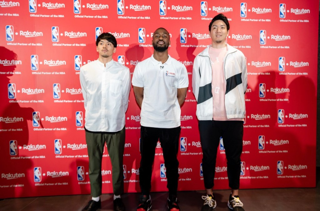 Walker poses with B.League stars Ryusei Shinoyama (left) and Makoto Hieijima at the NBA Finals viewing party.
