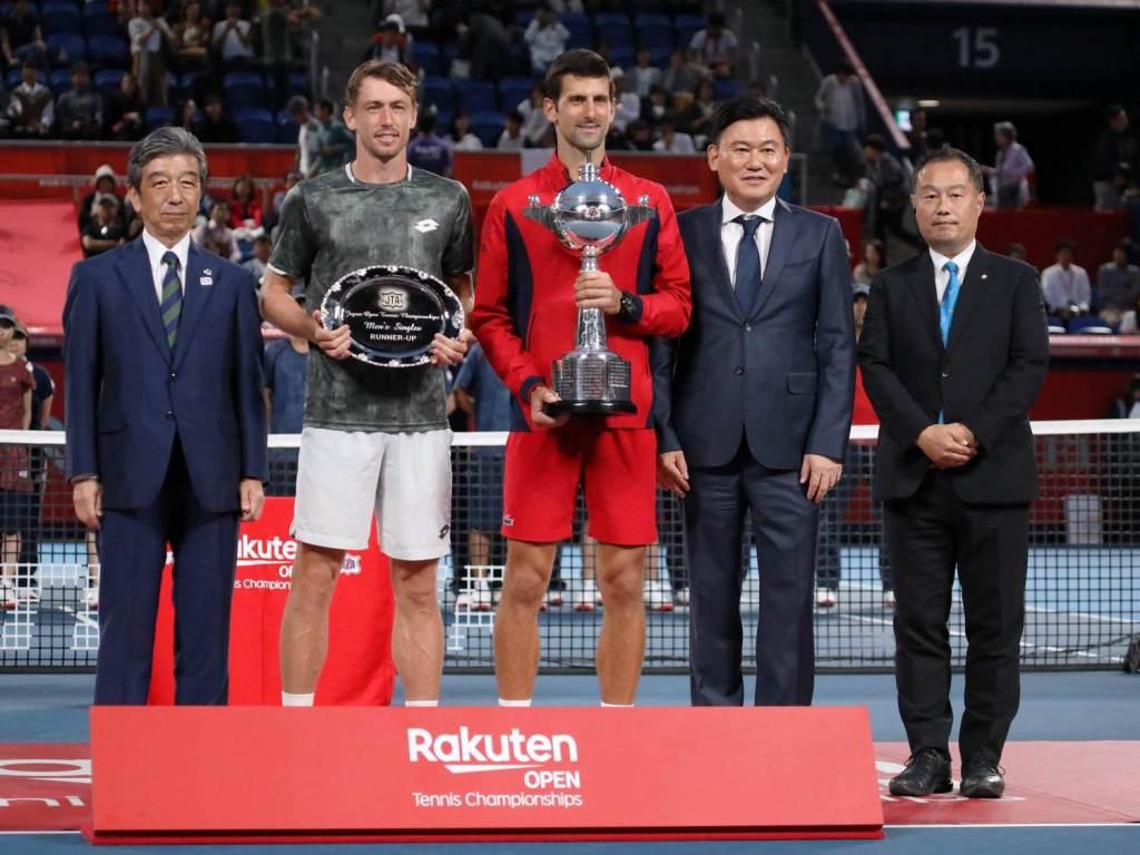 The two finalists pose with Japanese Tennis Association President Kenichiro Yamanishi (left), Rakuten CEO Mickey Mikitani and Tournament Director Nao Kawatei following the match.