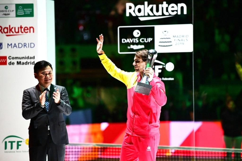 Rakuten CEO Mickey Mikitani applauds Rafael Nadal's performance after awarding him the Rakuten Optimism Award for Most Valuable Player.