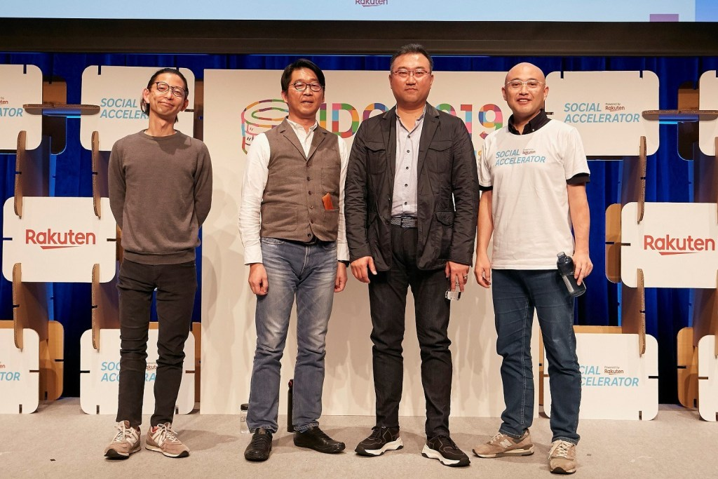 The discussion was moderated by Social Venture Partners Representative Director Takashi Fujimura (left).