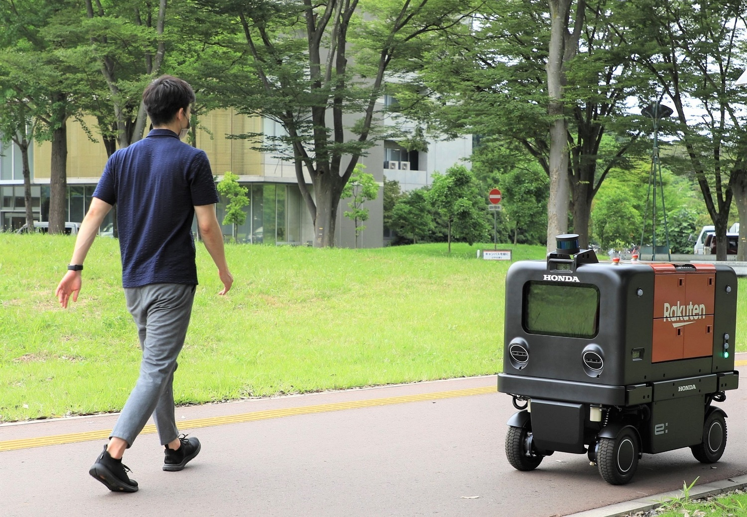 Rakuten's Drone and UGV team has teamed up with legendary Japanese carmaker Honda to run a trial robot delivery on the campus of the Ibaraki-based uni.