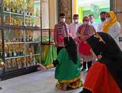 Tari Adat oleh Siswa Madrasah yang berada di Kec. Kelara yang terkenal dengan destinasi Kincir Anginnya