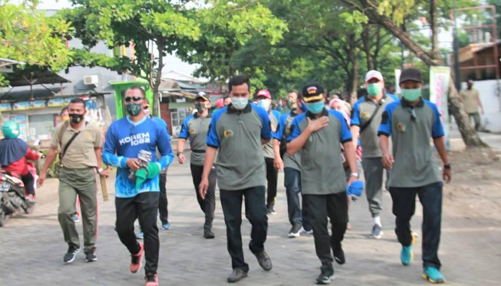 Kodim Jajaran Korem 082/CPYJ Edukasi Masyarakat Cegah Covid-19 dan Bagikan Masker Gratis 1