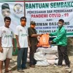 Ketua DPC PKB Paluta, Taripar Laut Harahap bagikan 200 paket sembako di Kabupaten Paluta. Foto: Rakyatsumut.com/ Rifai Dalimunthe