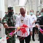 Nikson Nababan dalam pengguntingan pita untuk meresmikan Rumah Sakit Sint Lucia Siborongborong. Foto: Istimewa
