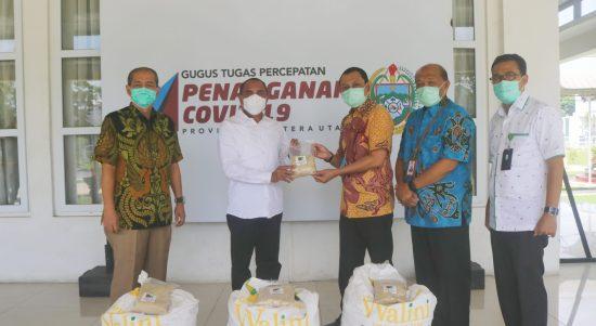 Gubernur Sumatera Utara Edy Rahmayadi secara simbolis menerima bantuan gula pasir dari PTPN II, Jum'at (15/5/2020). Foto: Biro Humas & Keprotokolan Setdaprovsu/ Fahmi Aulia