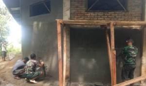 Para personel TNI Kodim 0211/ Tapanuli Tengah dan warga merenovasi Gereja Kristen Protestan Indonesia (GKPI) di Desa Siantar CA, Kecamatan Sosorgadong, Kabupaten Tapanuli Tengah, Sumut, Selasa (7/7/2020). Aktivitas personel TNI tersebut merupakan bagian program TNI Manunggal Membangun Desa (TMMD) ke 108 Kodim 0211/ TT. Selain renovasi gereja, berbagai program juga dijalankan, di antaranya renovasi Mesjid, pembukaan jalan dan beragam aktivitas sosial bersama masyarakat. Foto: Dokumentasi Kodim 0211/ TT
