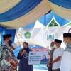 AnggotaDPR RI Delmeria Sikumbang saat menyerahkan bantuan operasional kepada Majelis Taklim Al Hari. Foto Rakyatsumut.com/ Mirwan