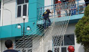Seorang karyawan PT PLN UPK Labuhan Angin saat mengikuti latihan Vertical Rescue. Foto: Dok Dunia Outbond Kita