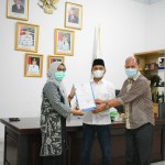Bupati Tapteng, Bakhtiar Ahmad Sibarani saat menyerahkan SK Plt Sekda Tapteng kepada Yetti Sembiring. foto: istimewa